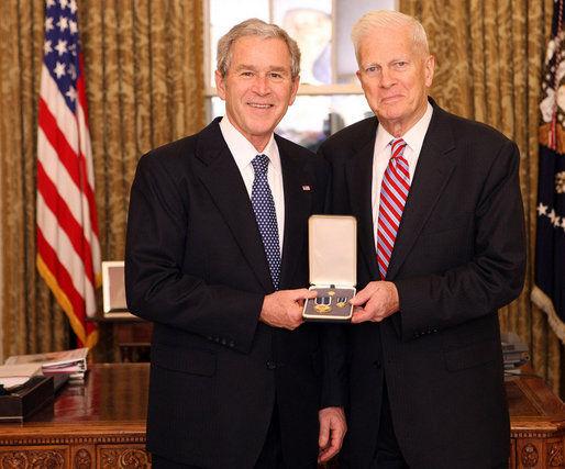 Le président George W. Bush remet le Presidential Citizen Medal à James H Billington. Cette décoration peut être décernée à tout citoyen des États-Unis «ayant rempli des services exemplaires pour le pays ou pour les citoyens de ce pays».