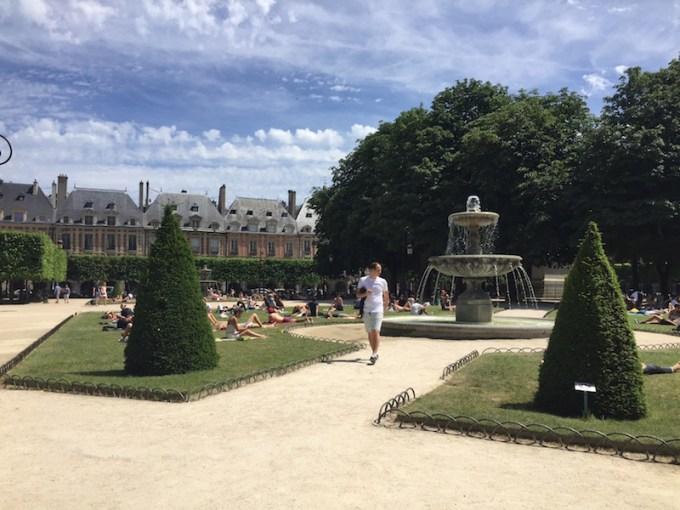Place des Vosges dans le Marais à Paris