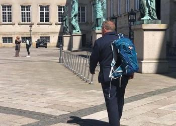 Image du jour: Le premier ministre du Danemark quitte son poste à pied et avec un sac à dos