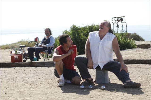 Zézé (Bruno Lochet), Momo (Atmen Kélif) et Jacky (Gérard Depardieu), trois amis soudés par la pétanque...