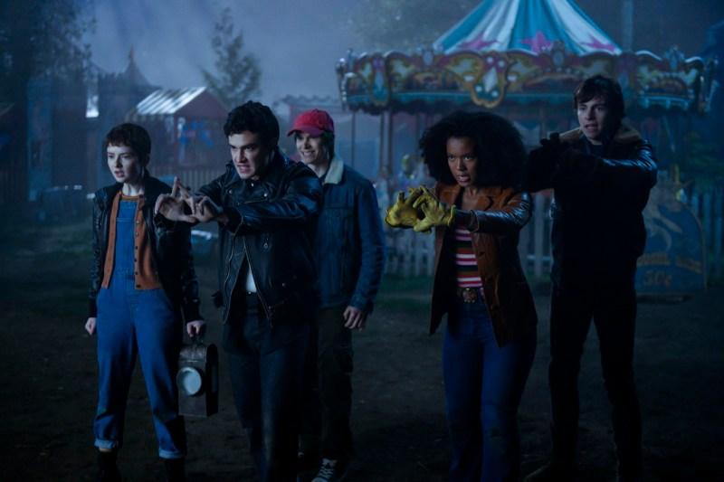 Theo, Roz, Harvey, Robin et Nick essayent de contenir une Terreur.