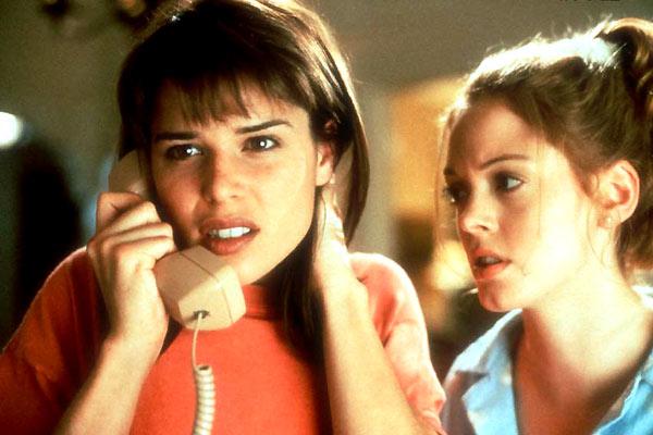 Sidney Prescott (Neve Campbell) et Tatum Riley (Rose McGowan)