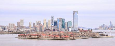 widok z piedestału Statuy Wolności -Ellis Island na tle Manhattanu