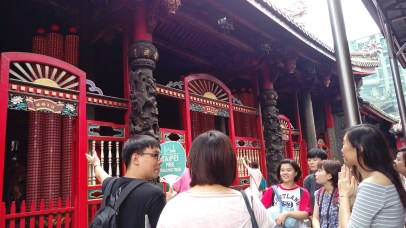 Longshan Temple - James is busy introducing some facts about the temple