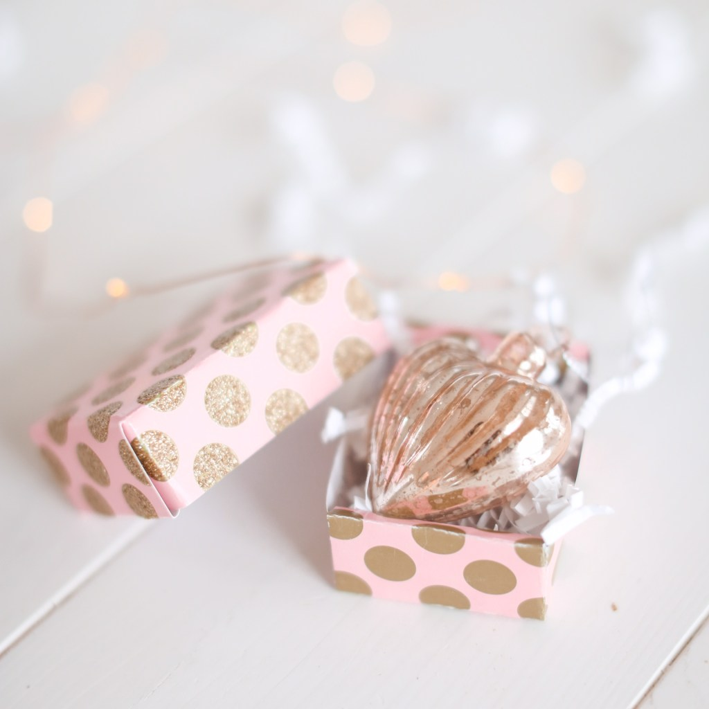 Make your own boxes out of re-purposed gift cards with these DIY Gift Card Boxes