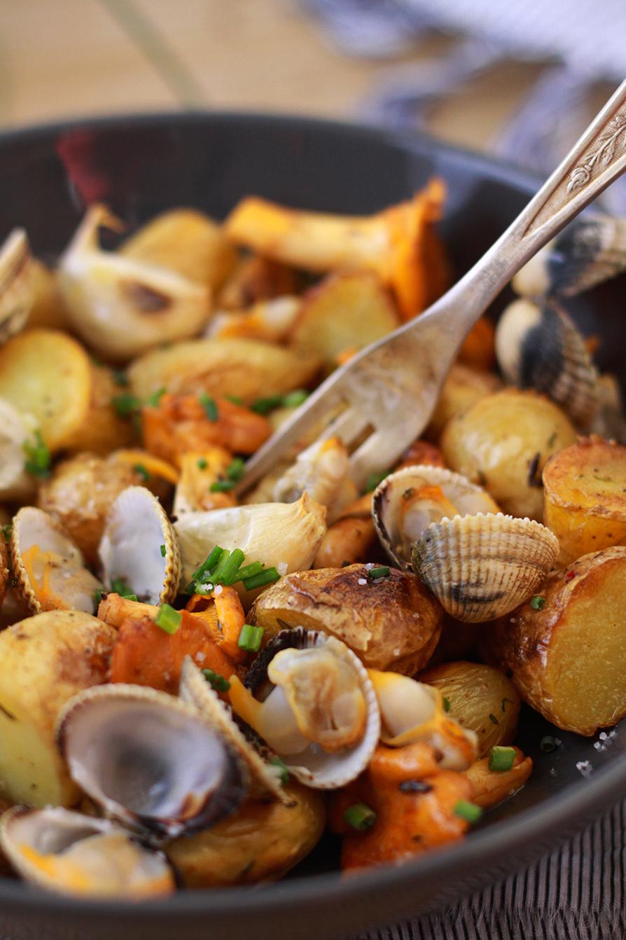 Salade-de-pommes-de-terre-ratte-aux-coques-et-aux-girolles