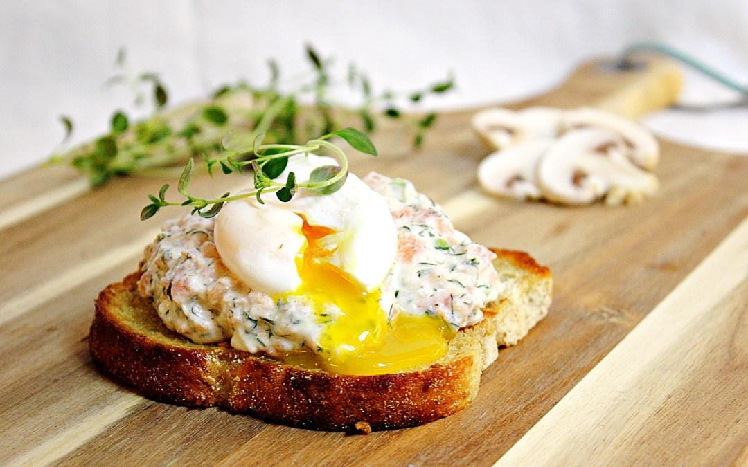 Smörstekt surdegsbröd med laxröra och pocherat ägg.