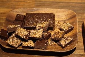 Mörk choklad med karamelliserade sesamfrön
