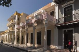 Ved Parque Cespedes ligger praktbygningene på rad og rekke. F.h. Carlos Manuel Cespedes' fødehjem (han kalles fedrelandets far), provinsmuseet og Hotel Royalton.