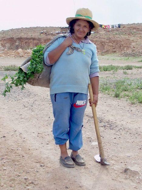 Nuevo Santiago lady with her shoulder harvest bag, Peru