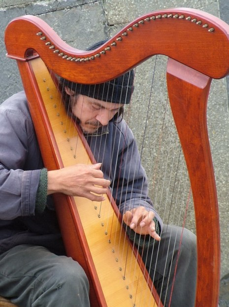 harp player cliffs of moher