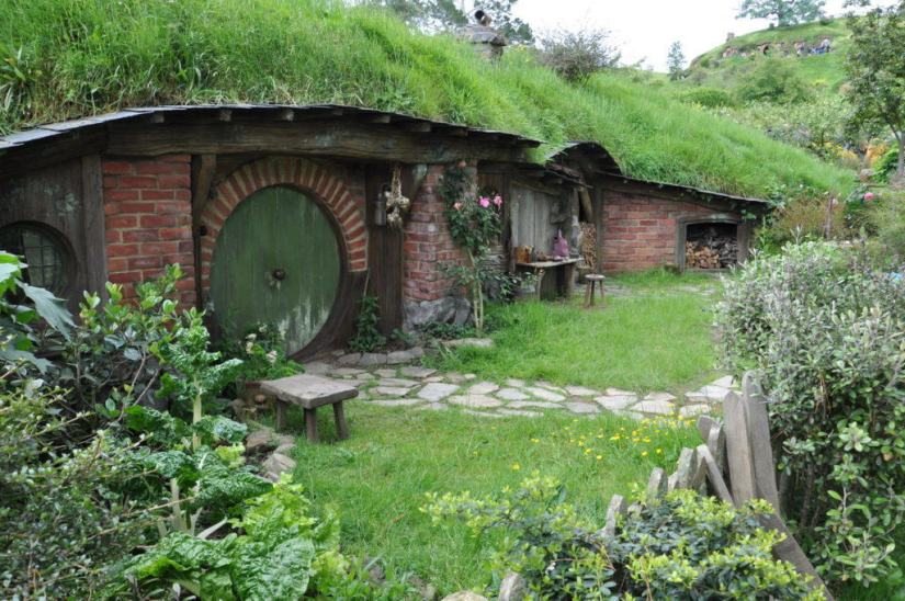 An image of a hobbit hole with a green door at Hobbiton, in New Zealand. Photography by Frame To Frame - Bob and Jean.