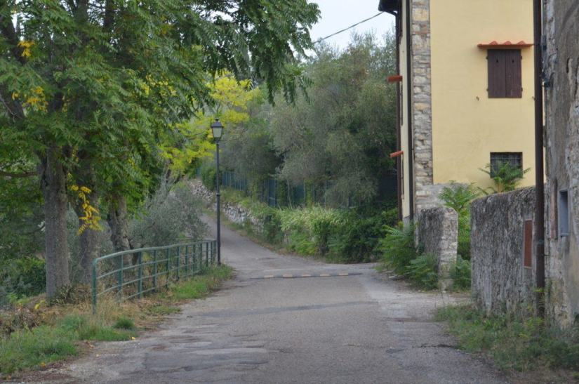 An image of a scenic laneway through a village in Tuscany, Italy. Photography by Frame To Frame - Bob and Jean