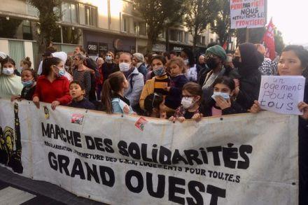Plusieurs centaines de Rennais ont défilé ce 16 octobre pour demander la régularisation et la mise à l'abri de tous les sans papiers