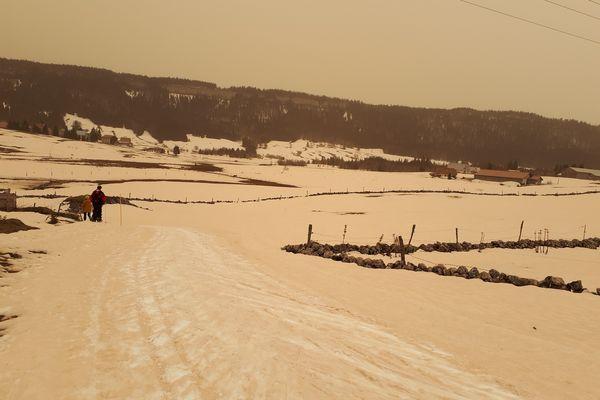 6 février 2021 - la neige et le ciel deviennent orange dans le massif du Jura, la tempête de sable du Sahara déverse de fines particules.