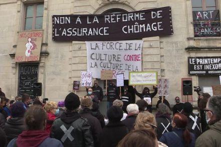 De nombreux manifestants sont venir soutenir la culture devant La Coursive à La Rochelle.