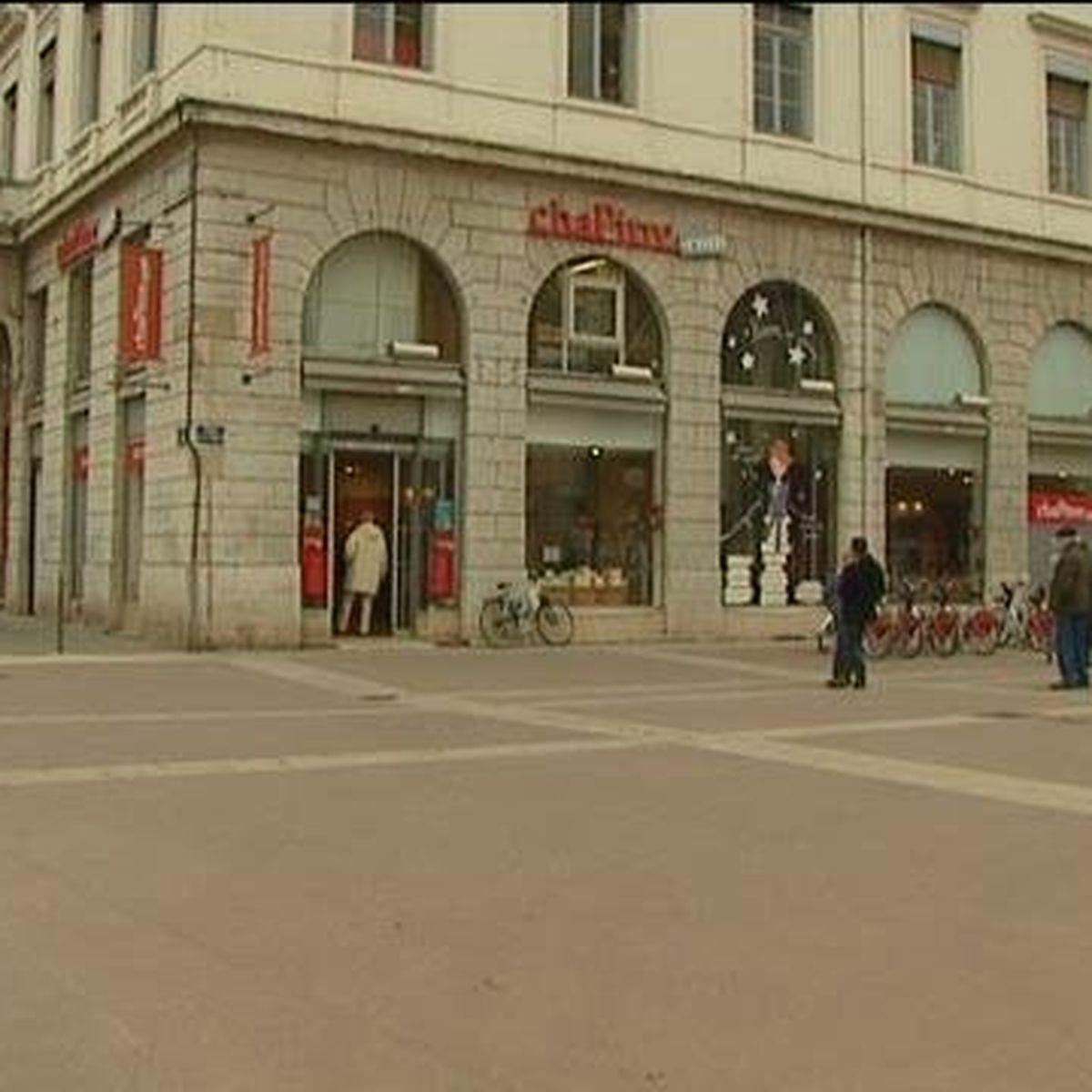 Lyon Bellecour Une Enseigne Monoprix A La Place De L Ancienne Librairie Chapitre