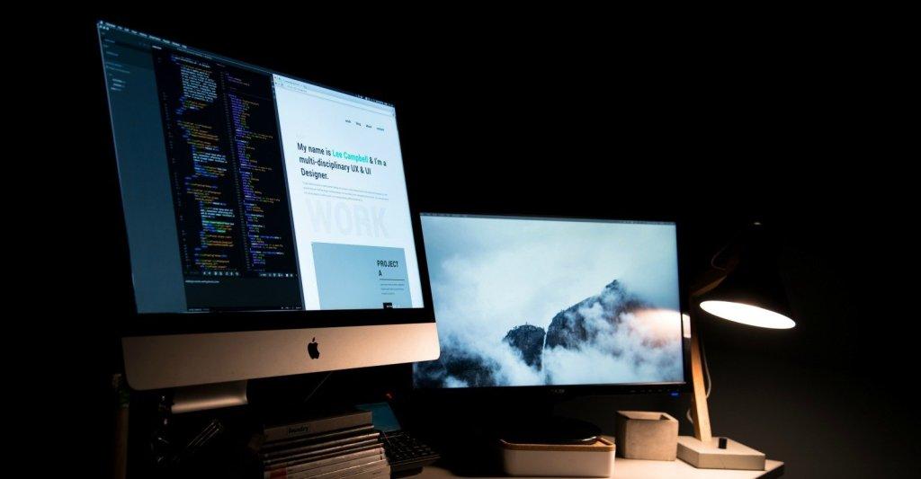 Scrivania con computer e laptop