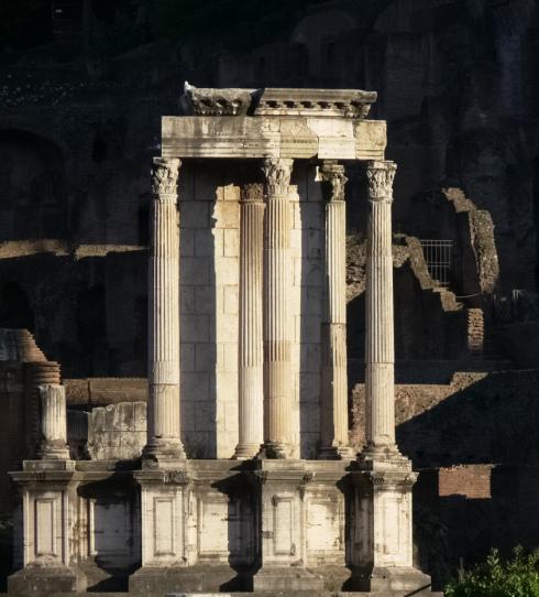 Le tre colonne solitarie che si possono vedere al Foro Romano sono tutto ciò che rimane del Tempio dei Dioscuri, anche detto Tempio dei Càstori.