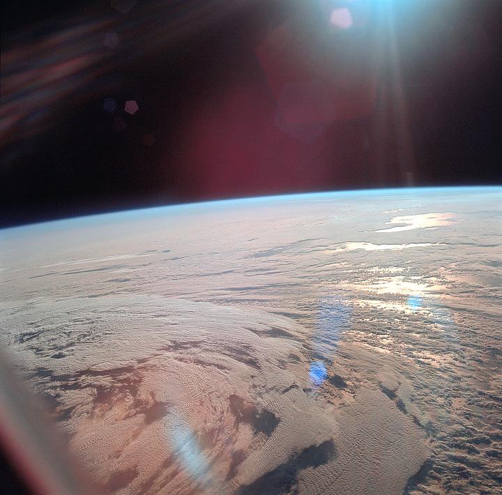 La Terra dal finestrino del modulo di comando dopo essere entrati in orbita
