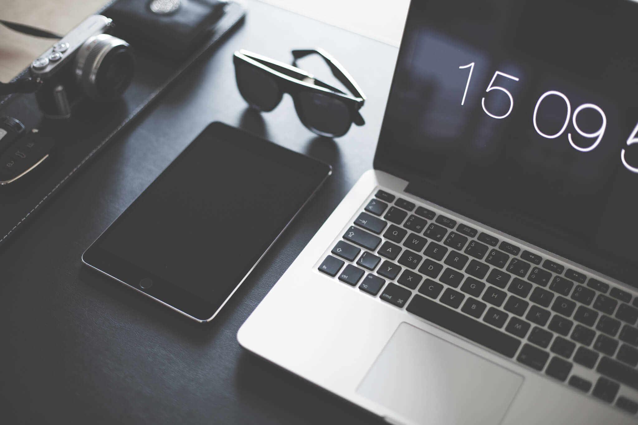 Scrivania con attrezzatura (hosting)