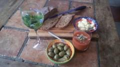 Gazpacho, Spaanse koude tomatensoep met een wijntje, brood met kruidenboter en olijven