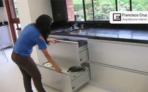 guardados. Diseño de cocina muebles bajos