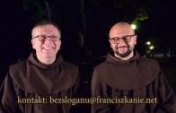 bEZ sLOGANU – Kapłan ubrany na różowo