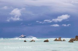 © François Lepage – Le Marion Dufresne à l'ancre devant Grande Glorieuse, îles Eparses, 2014