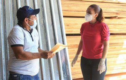 Beneficia Noemy González a Familias con la entrega de Laminas