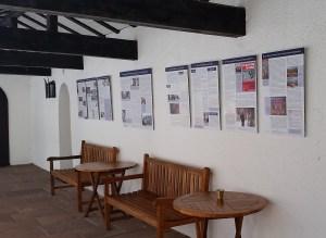 Foto: Acht Informationstafeln im Haus für Lehrerfortbildung über die Geschichte des Hauses