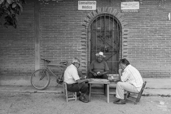 Hombres jugando barajas en la calle oaxaca
