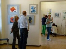 Malschüler beim Hängen der Bilder (c) FRank Koebsch (1)
