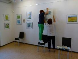 Malschüler beim Hängen der Bilder (c) FRank Koebsch (4)