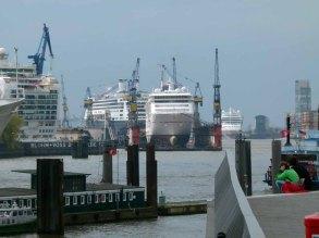 Kreuzfahrer in den Docks der Werft von Blohm & Voss und das Cruise Center Altona mit der AIDA (c) Frank Koebsch