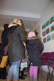Besucher bei der Ausstellung zum Malwettbewerb - Mein Dorf (c) Frank Koebsch (5)