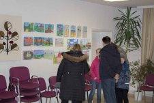 Kinder zeigen ihren Eltern ihre Bilder im Malwettbewerb - Mein Dorf (c) Frank Koebsch (4)