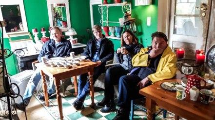 Auch für das NDR Team mit Angelika Jahros und David Pilgrim ist Plein Air Malerei anstregend (c) FRank Koebsch (1)