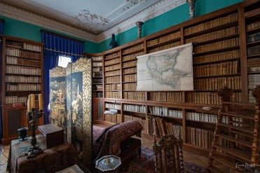 Im hinteren Teil der Bibliothek befindet sich ein Diwan. Hier träumt es sich gut mit Blick auf die Neue Welt