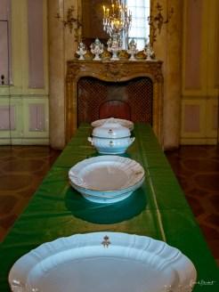Blick in das Anrichtezimmer mit kaiserlichem Porzellan. Hier wurden die Speisen für das Mittag- und Abendessen angerichtet. Der Raum war durch eine Tapetentür mit dem Speisezimmer verbunden.