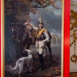 Vom gemeinsamen Schlafzimmer direkt erreichbar lag Wilhelms II. Toiletten- und Ankleideraum. Für die Ausstellung hängt dort ein Porträt des Kaisers von Philip de László, das im Berliner Stadtschloss hing und während der Novemberrevolution von 1918 malträtiert wurde.