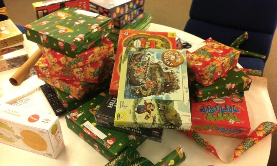 Lahjat paketoitiin puoluetoimistolla ja toimitettiin Joulupuukeräykseen.