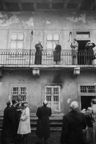 Mindszenty na sacada da embaixada dos EUA, em Budapeste.