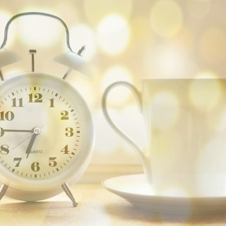 Wecker und Kaffeetasse