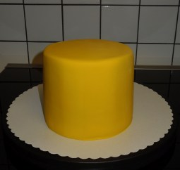 WeißeSchoki-Himbeer-Torte Fondantüberzug gelb