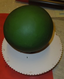 halbkugel biskuit ganachiert und mit fondant überzogen
