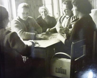Frauen beim Kartenspiel mit Kofferradio