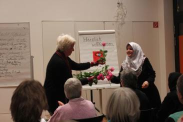 Corinna Schmidt überreicht Rosen zum Dank für die Akteurinnen