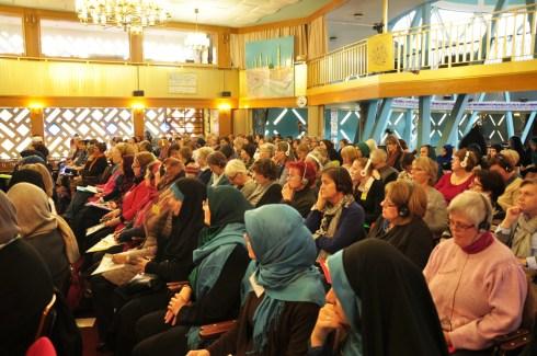 Zuhörerinnen in der Moschee. Foto: Kathrin Erbe