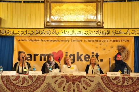 Dörte Massow, Fatima Emari, Eva-Maria Schmitz, Inge Behjat u. Simone Khan beim Podiumsgespräch. Foto: Islamisches Zentrum